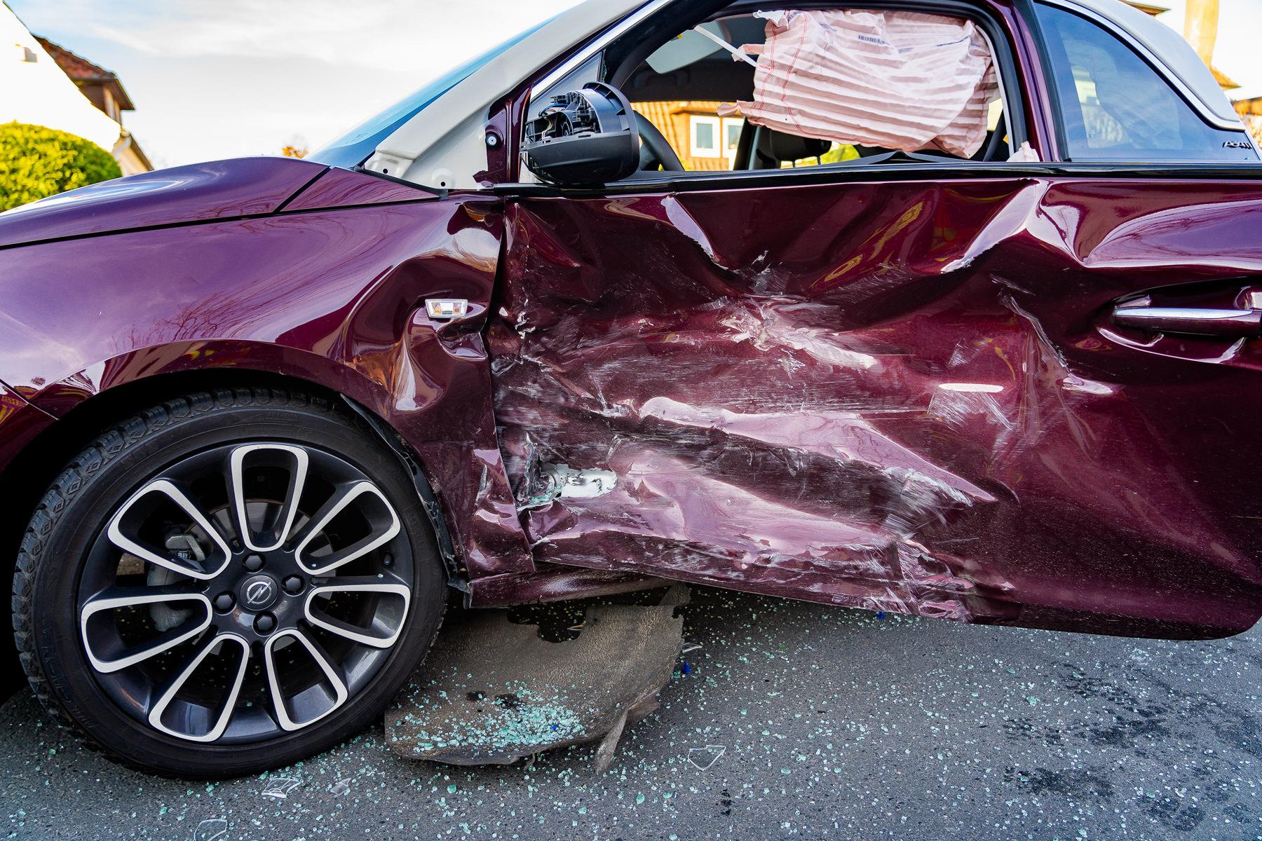 Starker Aufprall: Der Kleinwagen der 83-jährigen Unfallverursacherin stand nach Zeugenangaben fast rechtwinklig zur Fahrbahn, wurde durch den Aufprall aber wieder zurückgeschleudert (Foto: n112.de/Stefan Simonsen)