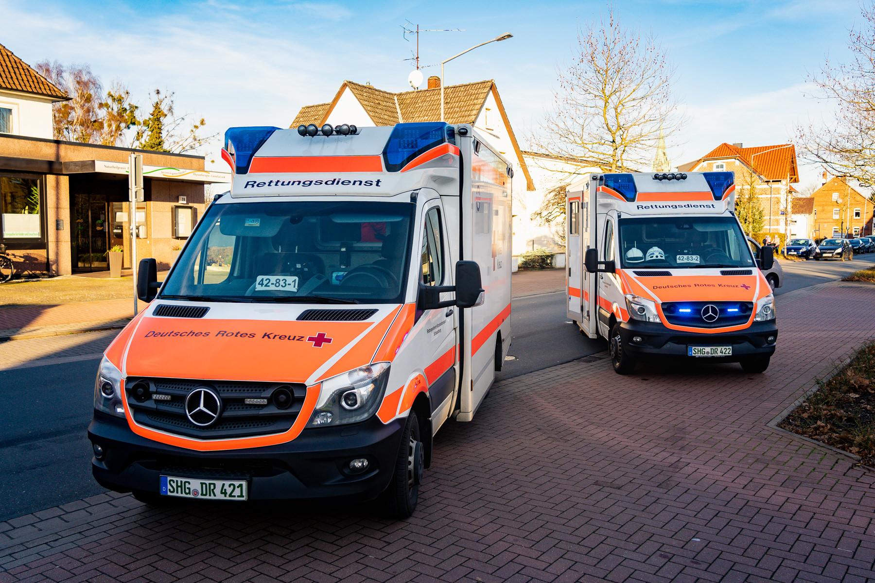 Die Besatzungen der Rettungswagen aus Rodenberg und des Notarztzubringers aus Stadthagen versorgten die verletzten Frauen (Foto: n112.de/Stefan Simonsen)