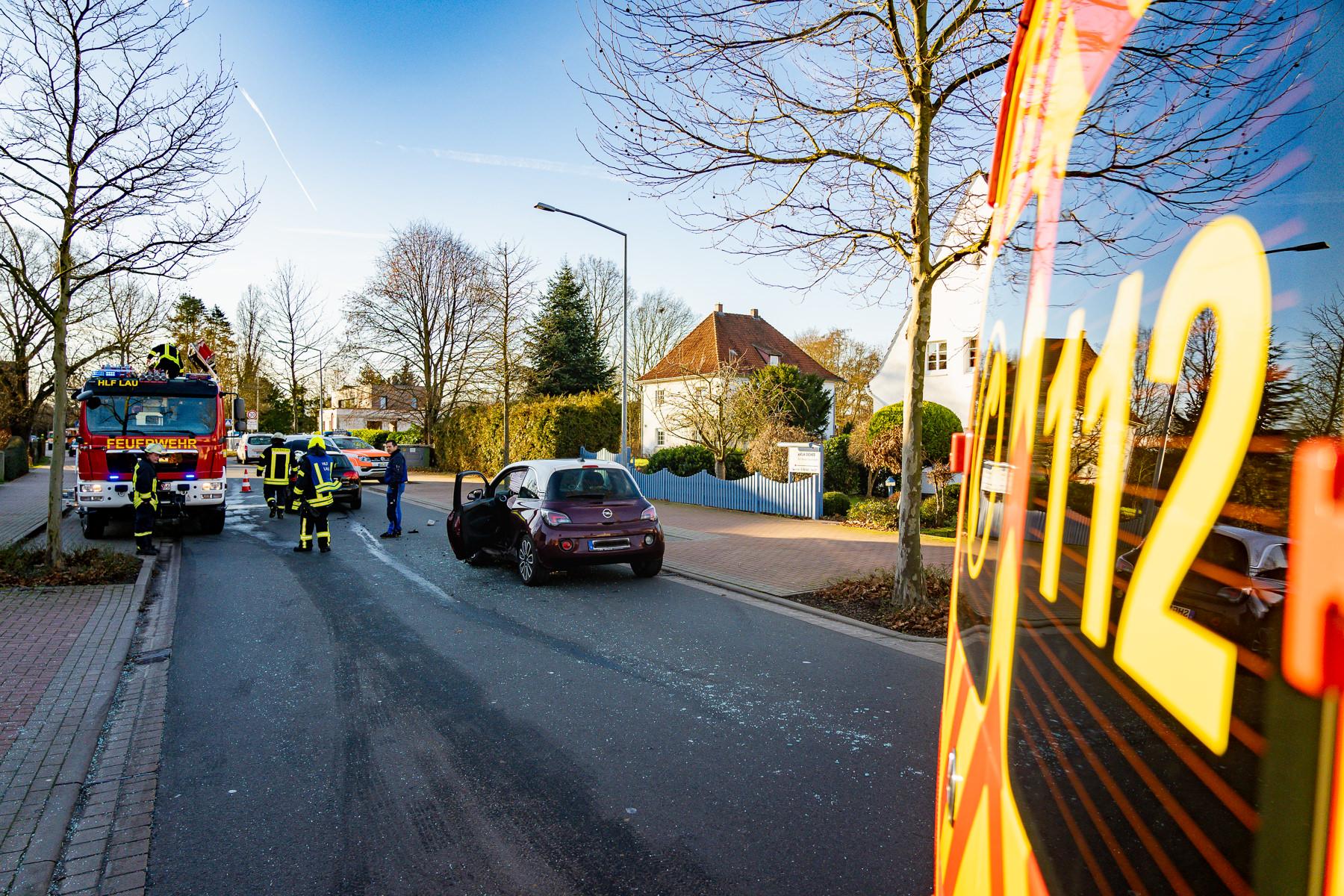 Die ehrenamtlichen Feuerwehrleute sicherten die Unfallstelle ab, mussten aber niemanden mehr befreien (Foto: n112.de/Stefan Simonsen)