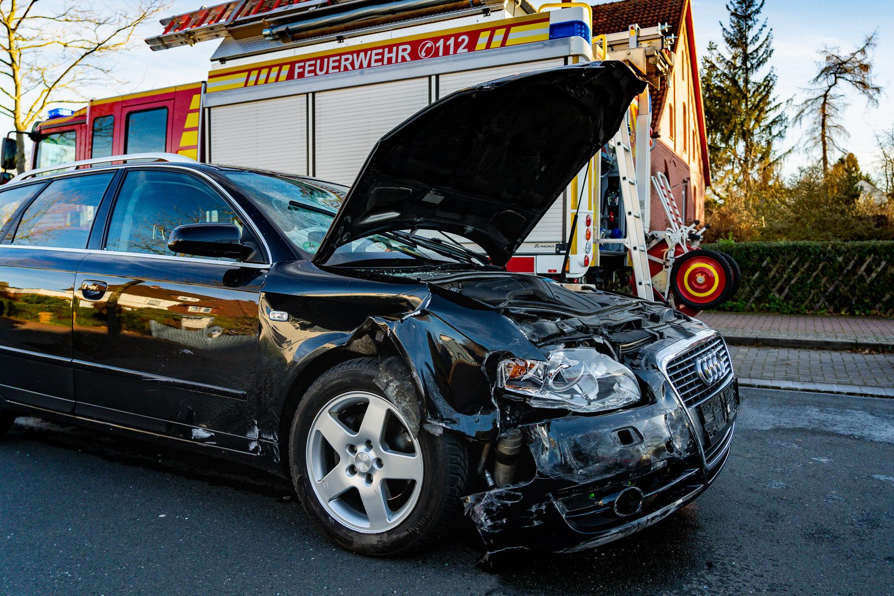 Der Audi war mit der rechten Seite gegen den Kleinwagen gestoßen und hatte ihn wohl wieder herumgeschleudert (Foto: n112.de/Stefan Simonsen)
