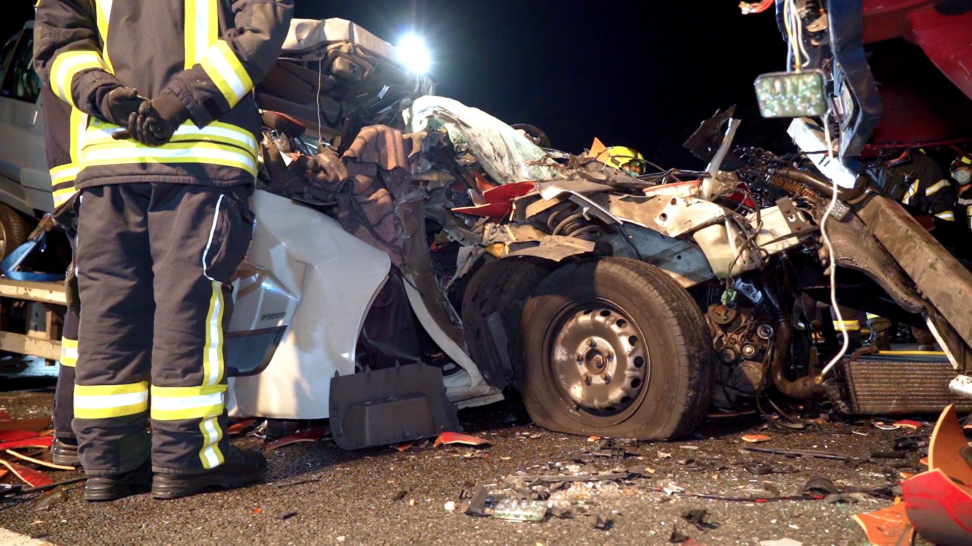 Völlig zerstört: Die Fahrerkabine des Kleintransporters.