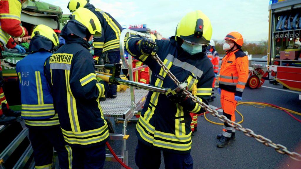 Der hydraulische Zylinder wird befestigt, um die Lenksäule vom Verletzten wegzuziehen