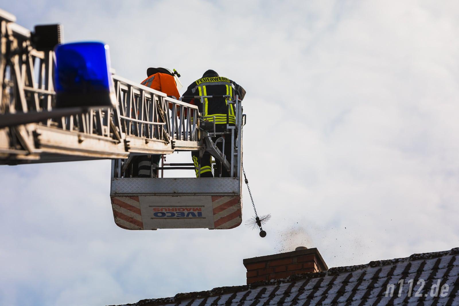 Raus mit dem Ruß! Feuerwehrleute reinigen den Kamin mit einer speziellen Kugelbürste (Alle Fotos: n112.de/Stefan Simonsen)