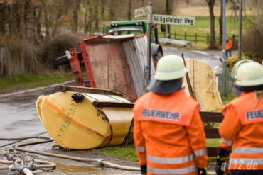 Umgestürzt: 4000 Liter Flüssigdünger flossen anschließend durch Hasperde (Foto: n112.de/Stefan Simonsen)