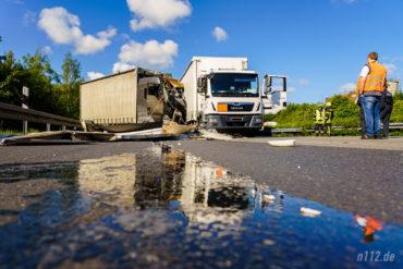 A2 bei Lauenau: Der Lastwagen des Verursachers steht zerstört auf dem Standstreifen (Foto: n112.de/Stefan Simonsen)