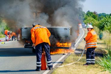 Erstangriff mit Kübelspritze: Während ein C-Schlauch vorbereitet wird, versuchen zwei Feuerwehrleute, die Flammen mit einem Kleinlöschgerät in Schach zu halten (Foto: n112.de/Stefan Simonsen)