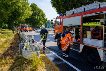 Rund 70 Feuerwehrleute waren am Sonntag bei tropischen Temperaturen im Einsatz, um einen Böschungsbrand an der B442 bei Hachmühlen zu löschen (Foto: n112.de/Stefan Simonsen)