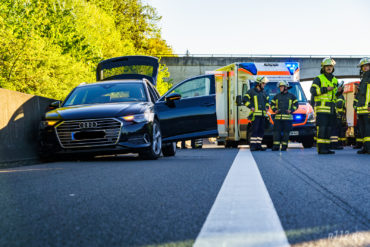 Das verunglückte Fahrzeug ist an der Betonmauer zum Stehen gekommen, der Fahrer wird im RTW versorgt (Foto: Stefan Simonsen/n112.de)