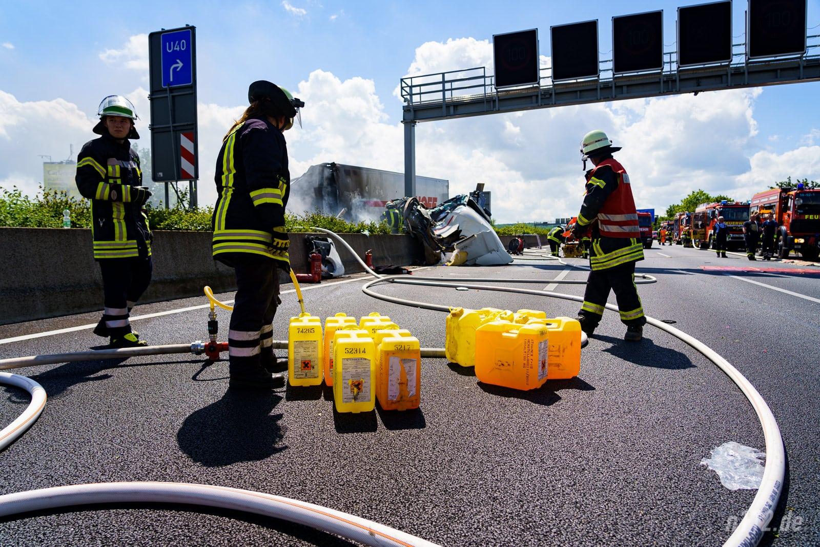 Schaummittelkanister stehen auf der A2 bereit (Foto: n112.de/Stefan Hillen)