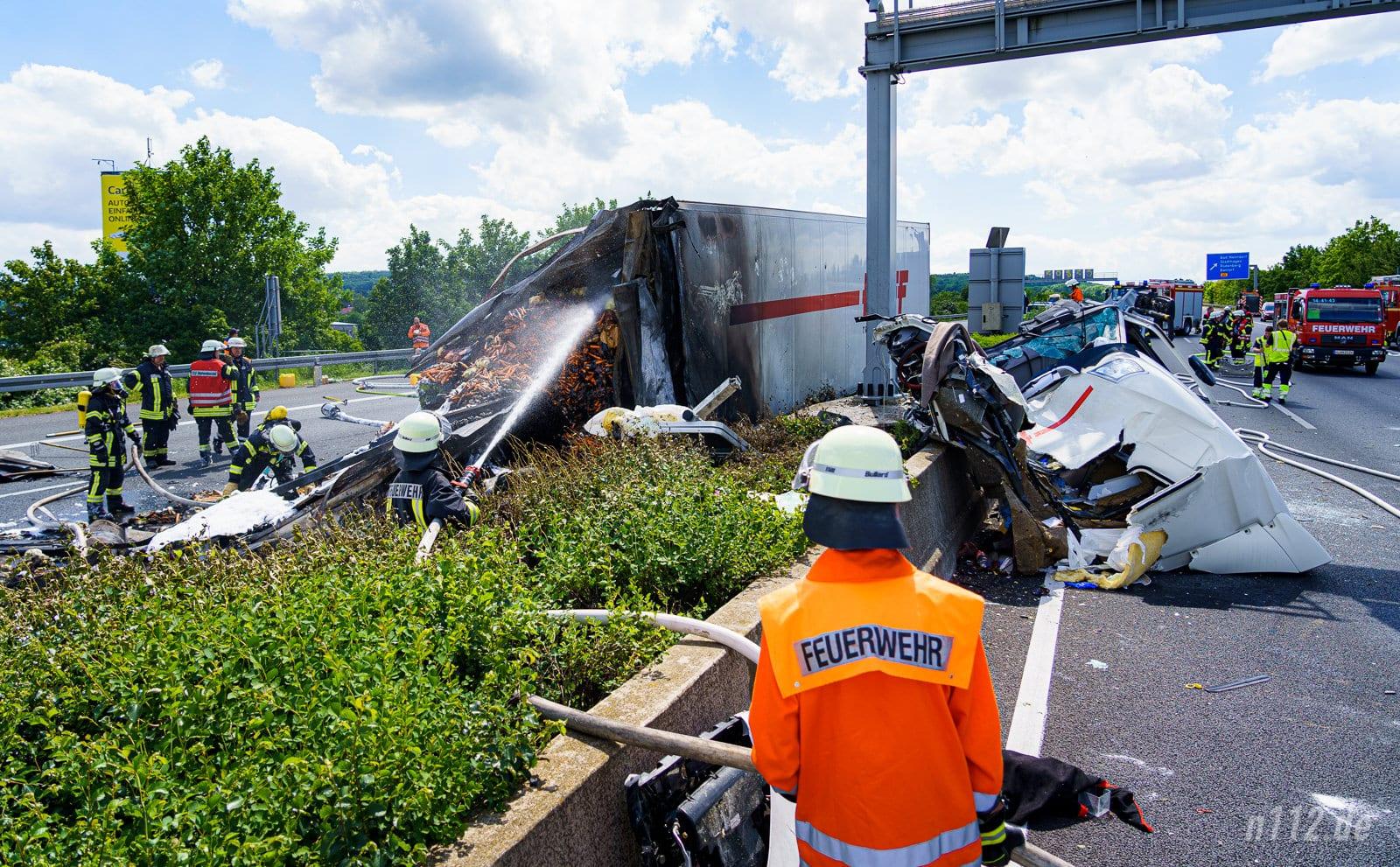 Die Unfallstelle auf der A2: Links steht der Anhänger, rechts auf der Fahrbahn Richtung Dortmund liegt die abgerissene Kabine (Foto: n112.de/Stefan Hillen)