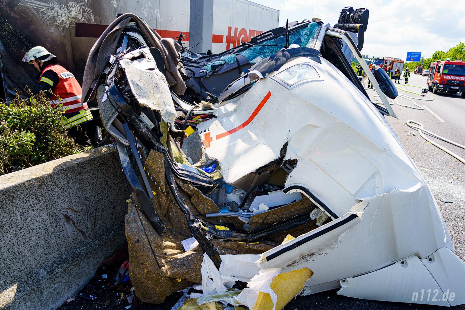 Die völlig demolierte Fahrerkabine liegt abgerissen auf der Gegenfahrbahn (Foto: n112.de/Stefan Hillen)