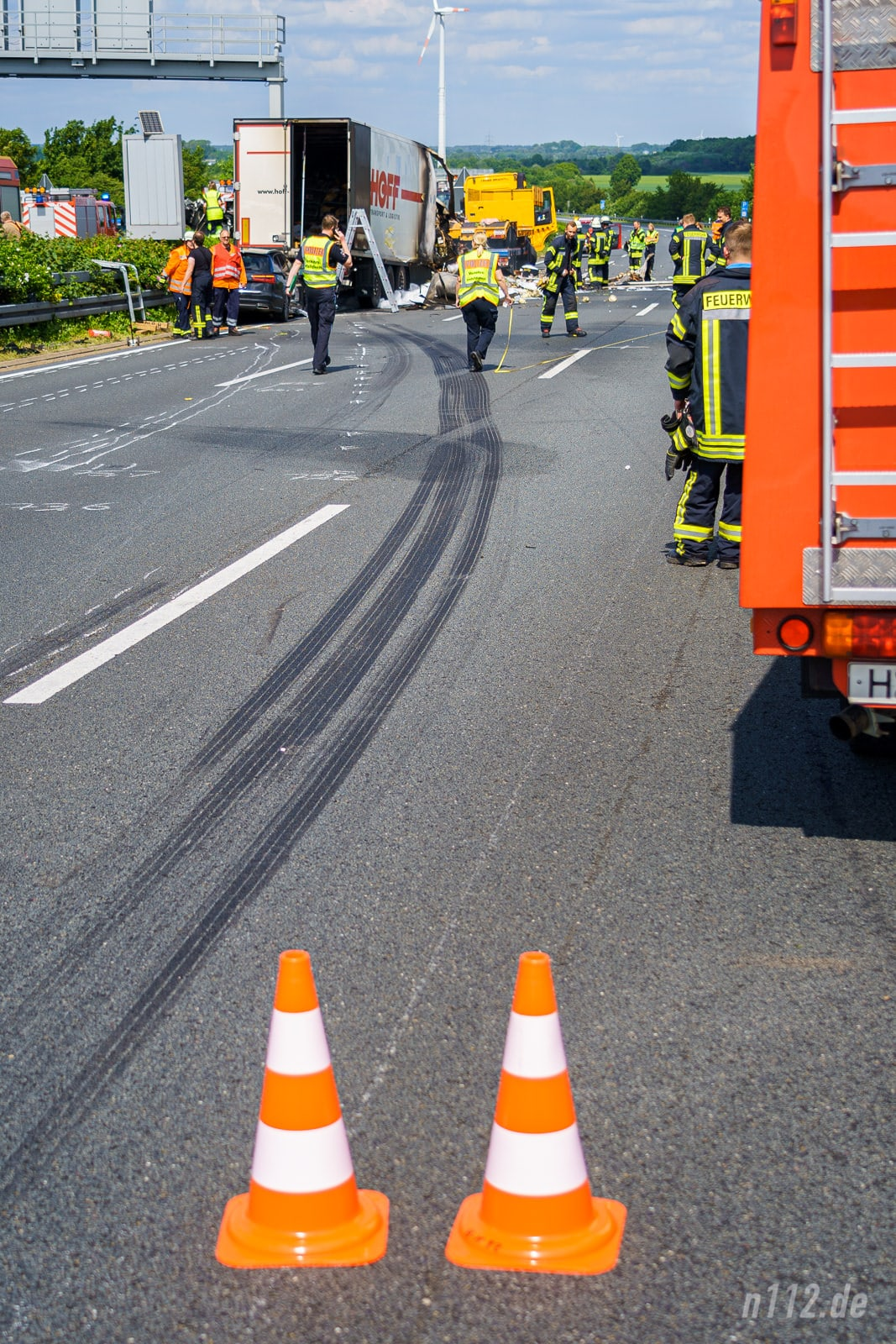 Deutlich ist der Reifenabrieb des vermutlich geplatzten Reifens zu sehen (Foto: n112.de/Stefan Hillen)