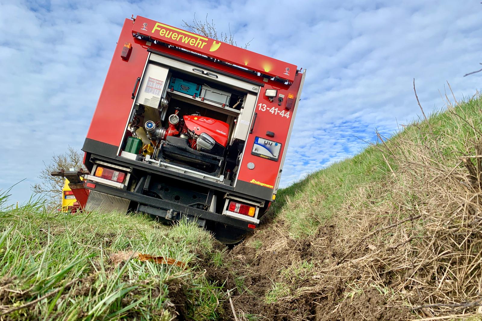 Löschfahrzeug im Graben nach Unfall bei Alarmfahrt