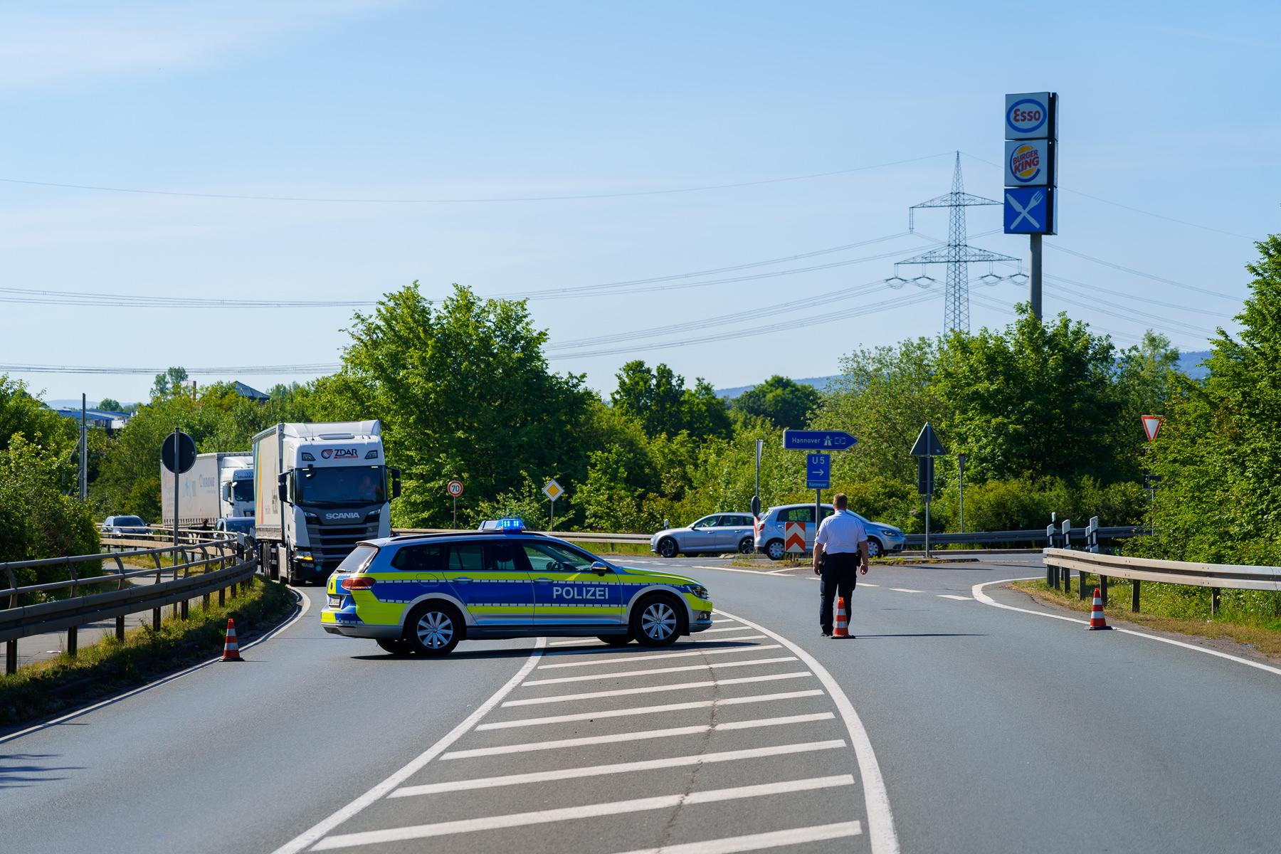 Die Unfallstelle wurde für zwei Stunden komplett gesperrt, auch die Autobahnabfahrt der A2 Richtung Dortmund war nicht zu nutzen.