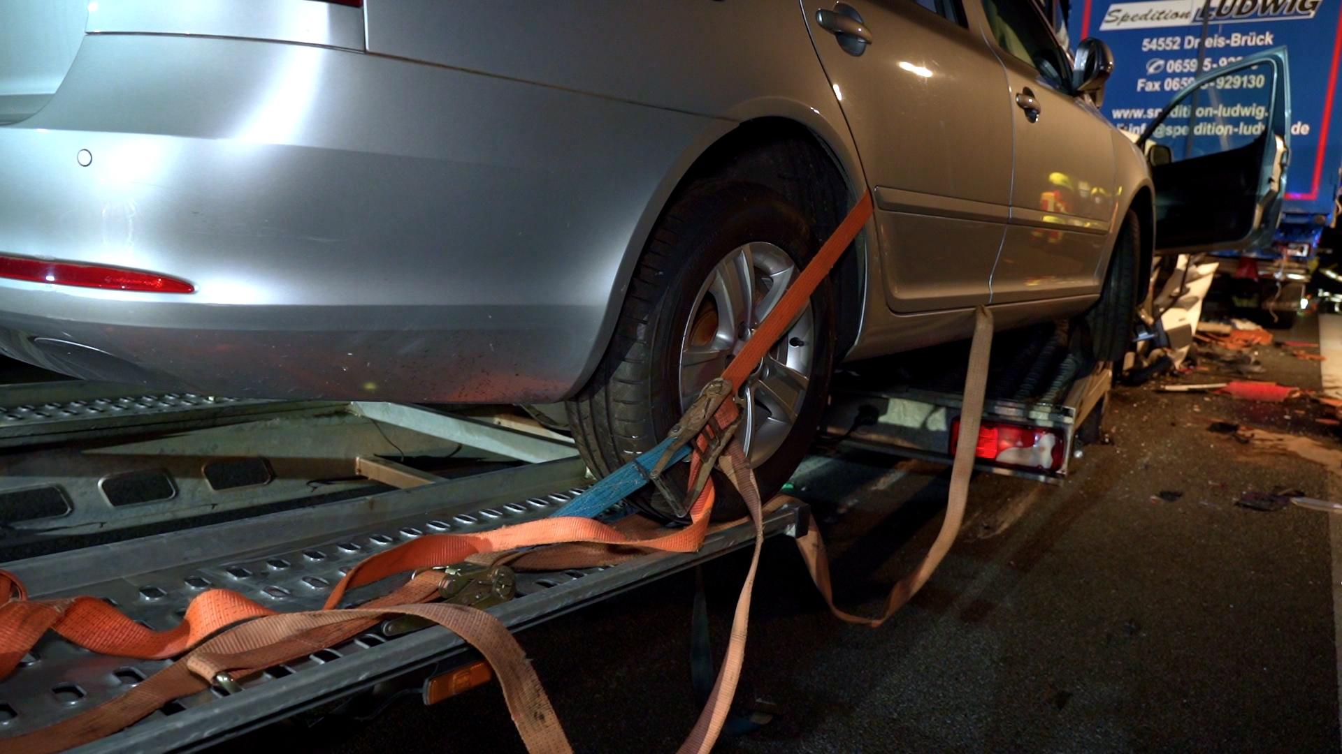 """Mit teilweise alten Spanngurten """"gesichert"""": Die beiden Autos lösten sich auf der Ladefläche und drückten die Fahrerkabine noch weiter unter den 40-Tonner."""